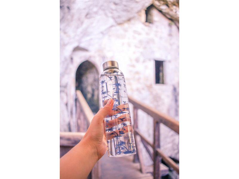 Láhev na pití z z borosilikátového skla s designem .